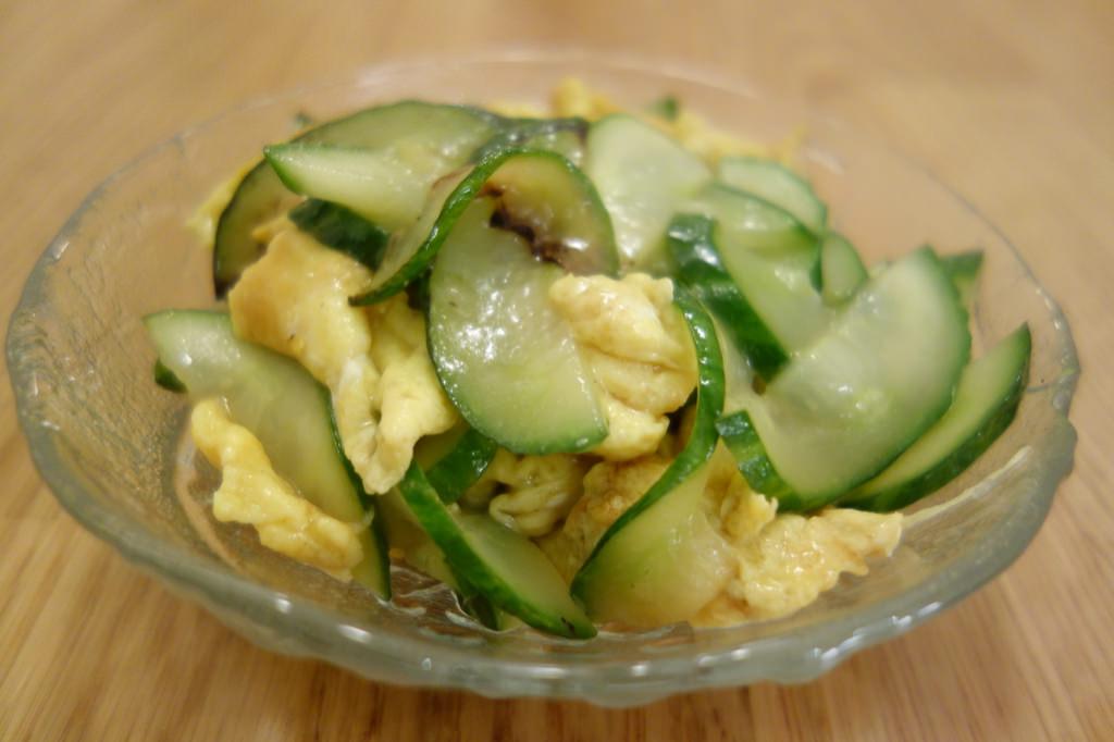 Wokad gurka med ägg